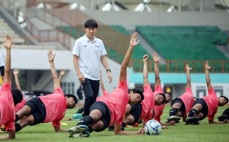 Đồng hương HLV Park Hang Seo bị LĐBĐ Indonesia chậm lương