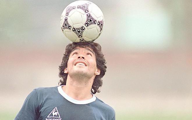 Maradona: 'Cảm ơn trái bóng, khi tôi chết hãy đặt quả bóng trên bia mộ'