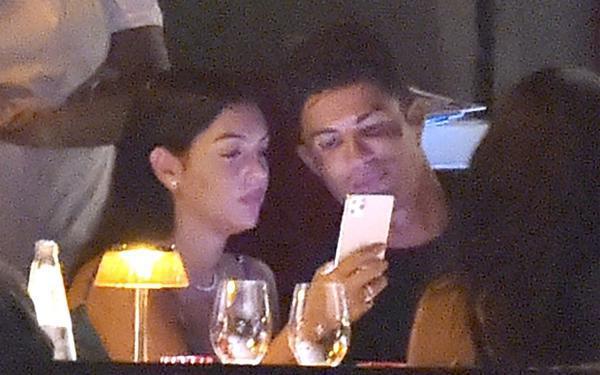 C. Ronaldo và bạn gái ăn tối ở làng chài