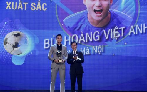 Tin bóng đá tối 13/1: Hà Nội FC vượt mặt HAGL, đối thủ của HLV Park Hang Seo giương cờ trắng