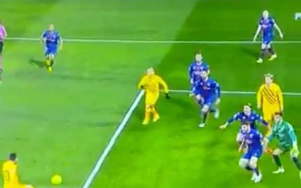 Messi gây choáng với cú sút tệ nhất sự nghiệp trước Huesca
