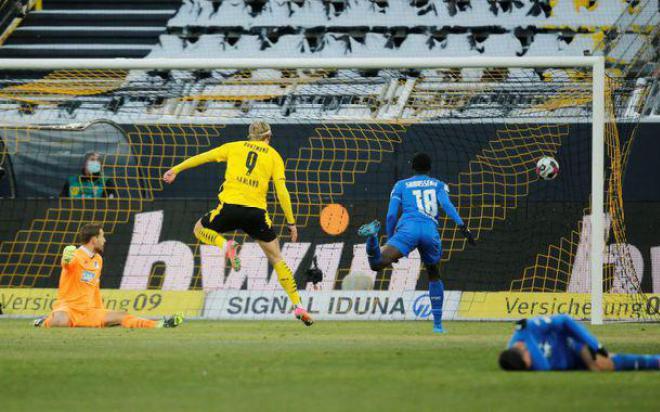 Haaland ghi bàn thắng gây tranh cãi, Dortmund vẫn rơi xuống thứ 6
