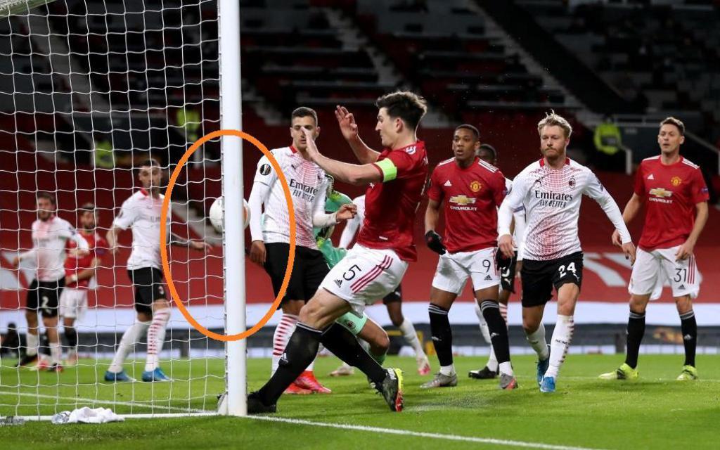 Đối diện khung thành bỏ trống, đội trưởng Man United đá trúng cột dọc một cách