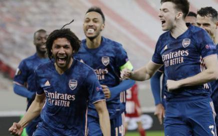 Hạ gục Olympiacos, Arsenal