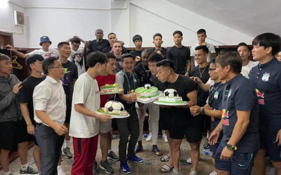 HAGL tổ chức sinh nhật, Văn Toàn nhận quà đặc biệt từ gia đình HLV Kiatisuk