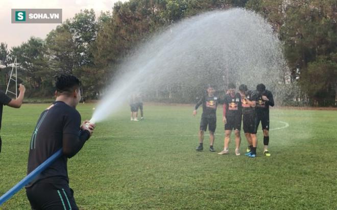 HLV Kiatisuk và Công Phượng bị cầu thủ HAGL té nước nhân ngày Songkran
