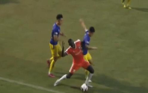 Sao trẻ nhà bầu Hiển gây bức xúc khi vung chân đá vào đối thủ đang nằm trên sân